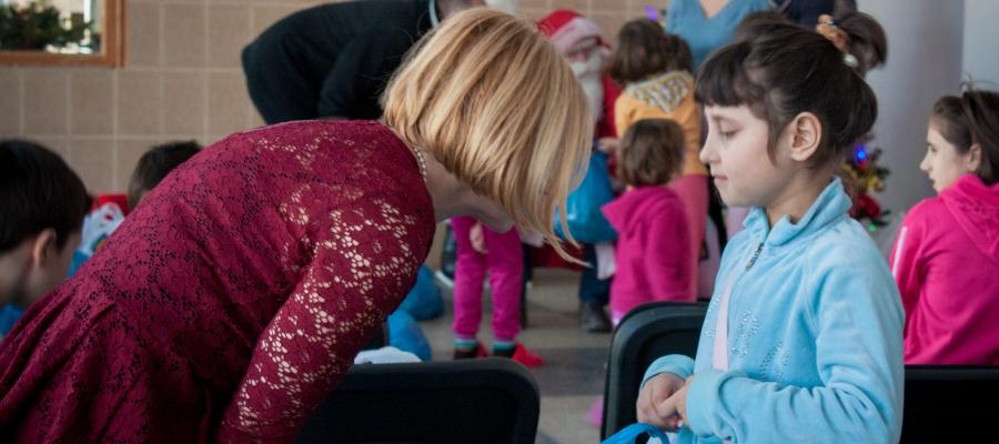 Implicare sociala - cadouri de Craciun la o scoala de copii